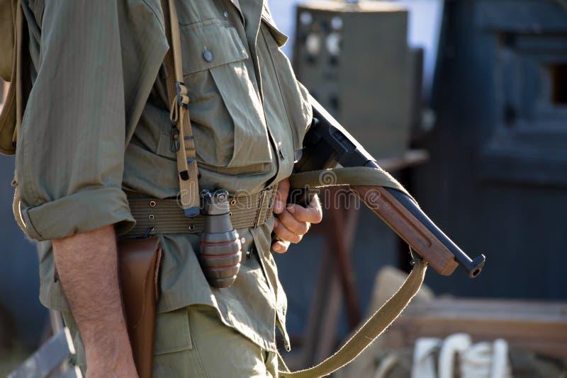 Militari con la mitragliatrice nel rievocare ww2 immagini stock