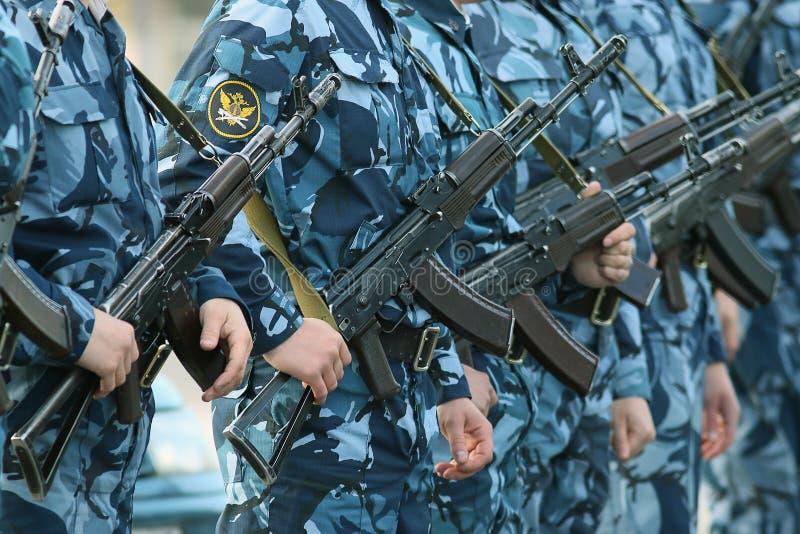 Download Militari Del Cammuffamento Dell'arma Fotografia Editoriale - Immagine di procedere, casco: 55360492