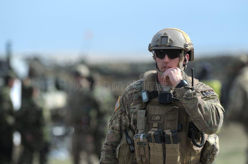 Militari di U.S.A. nel poligono militare rumeno nella primavera 15 del vento di Smardan di esercizio in Galati, Romania, fotografie stock