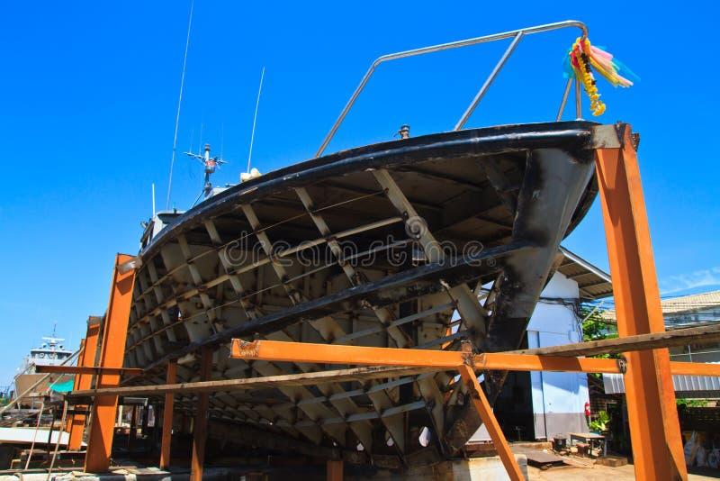 Militarna łódź na naprawie w suchym doku zdjęcie royalty free