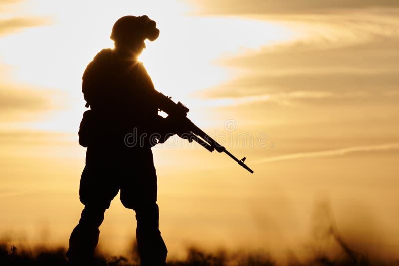 Militarna żołnierz sylwetka z maszynowym pistoletem obrazy stock