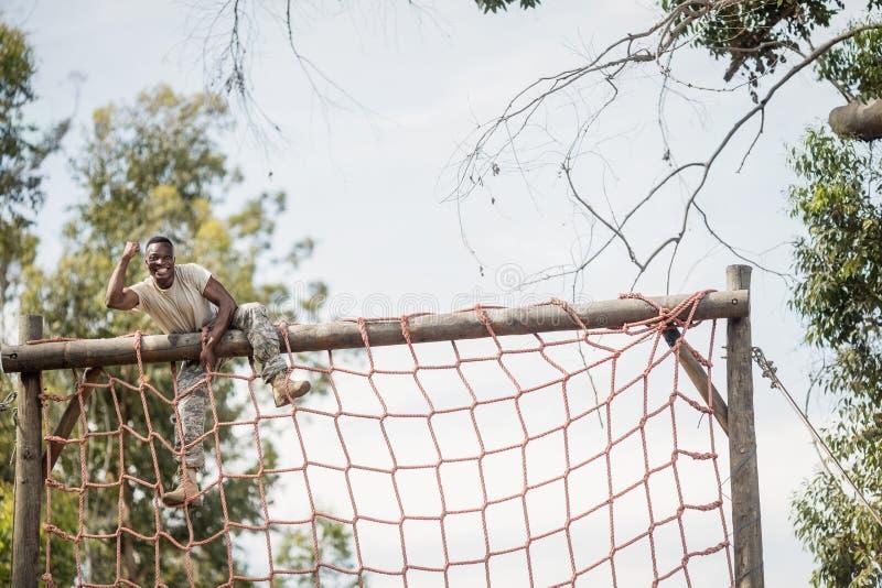 Militarna żołnierza pięcia sieć podczas przeszkoda kursu zdjęcia royalty free