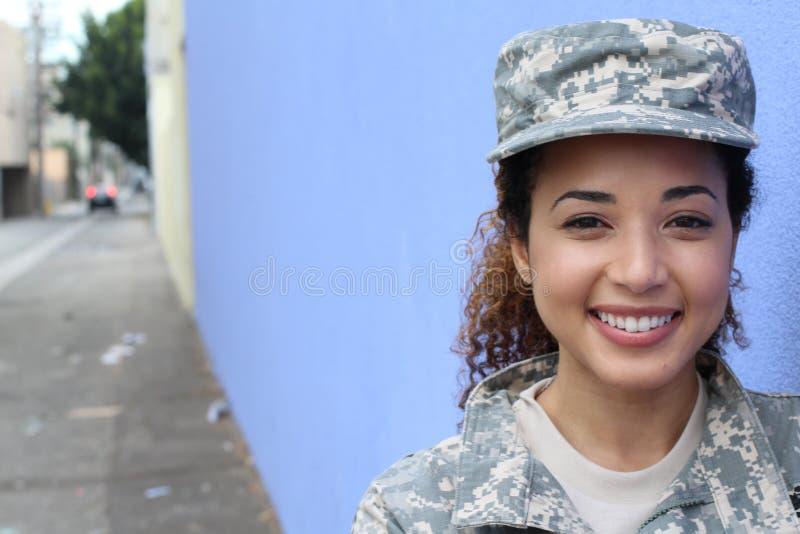 Militarna dziewczyna ono uśmiecha się outdoors z kopii przestrzenią zdjęcia royalty free