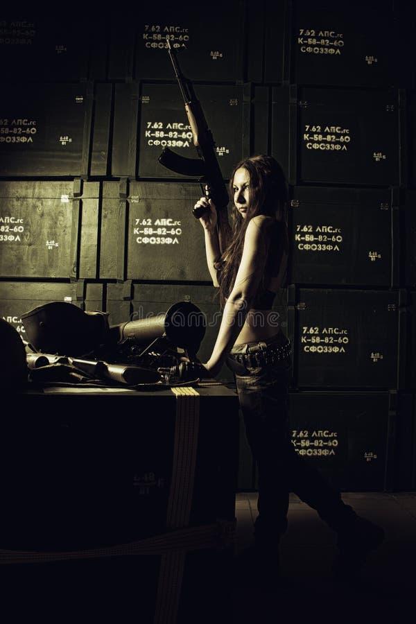 Militarna dziewczyna z Ak-47 fotografia stock