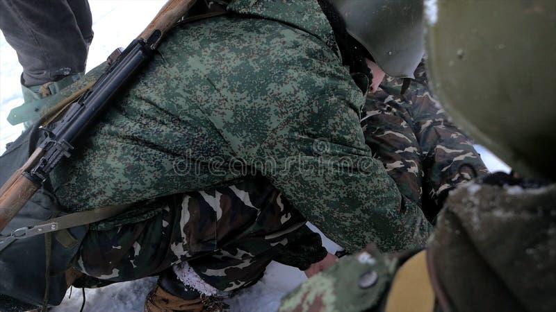 Militarna pomoc medyczna, pierwsza pomoc zestaw klamerka Żołnierze wojsko podczas wojny odpłacają się pierwszą pomoc ranny kolega obraz royalty free