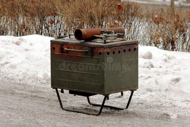 militarnego żołnierza łowieckiego metalu stacjonarna kuchnia dla przygotowywać plenerowych posiłki zdjęcie stock