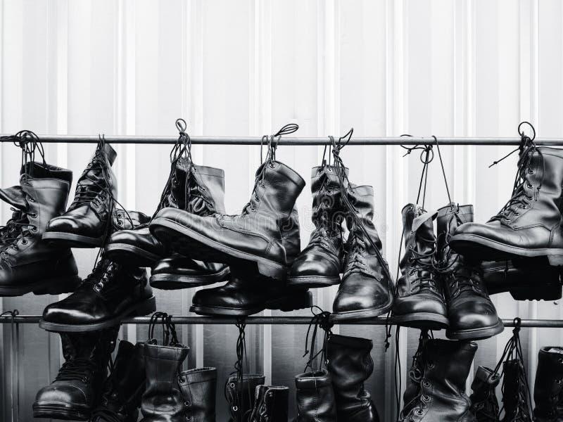 Militarni bojowi buty wiesza wojsko buta mundur zdjęcie stock