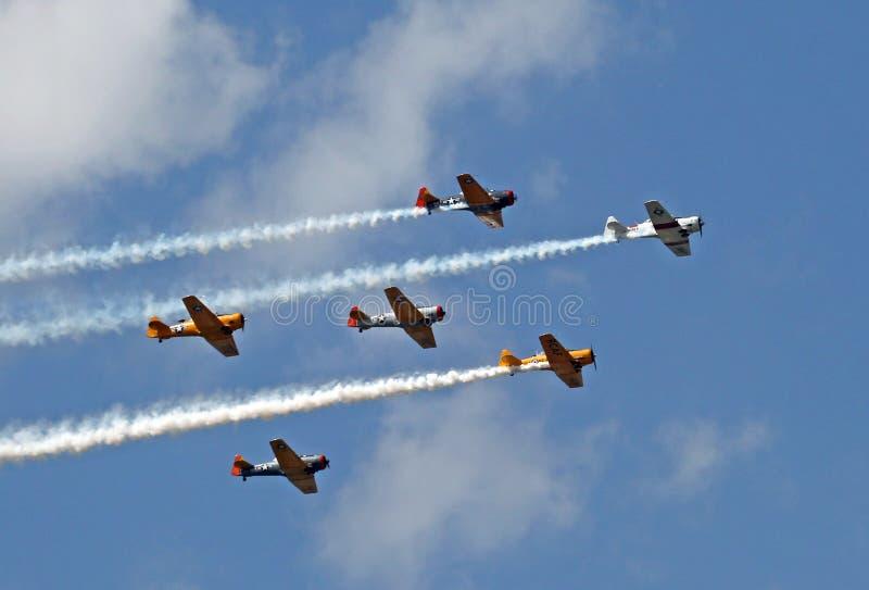 Militarni samoloty robi demonstraci przy słońca n zabawą zdjęcia royalty free