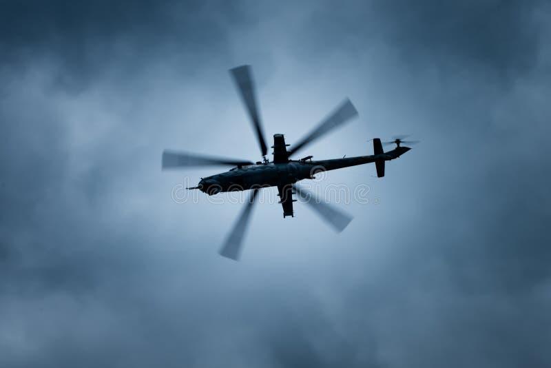 Militarny śmigłowa szturmowego helikopter na burzowym niebie. fotografia royalty free