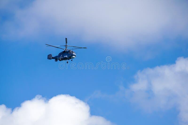 Militarny śmigłowcowy latanie w niebieskim niebie obrazy stock