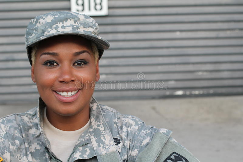 Militarny żeński ono uśmiecha się z kopii przestrzenią fotografia royalty free