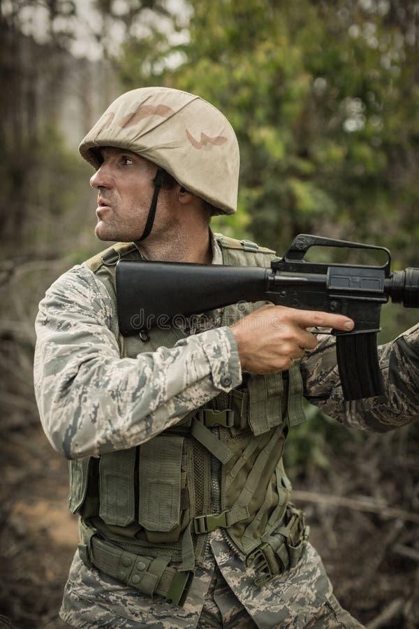 Militarny żołnierz podczas ćwiczenia szkoleniowego z bronią zdjęcia royalty free