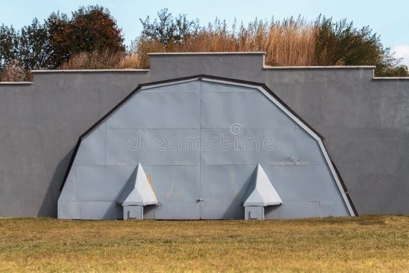 Militarny hangar dla samolotu zdjęcia royalty free