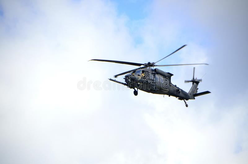 Militarny helikopter na niebieskim niebie fotografia royalty free