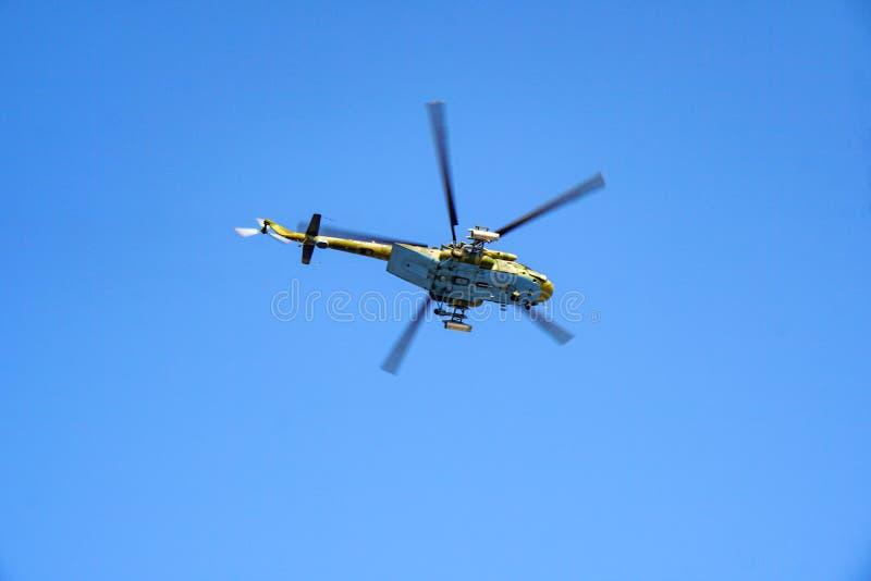Militarny helikopter przeciw niebieskiemu niebu zdjęcia stock