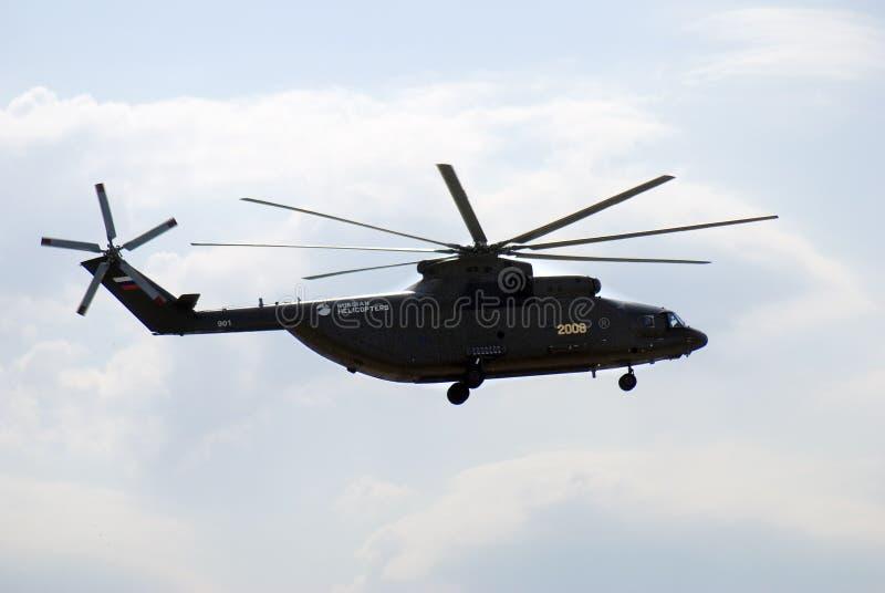 Militarny helikopter w niebie przy MAKS Międzynarodowym Kosmicznym salonem obrazy royalty free