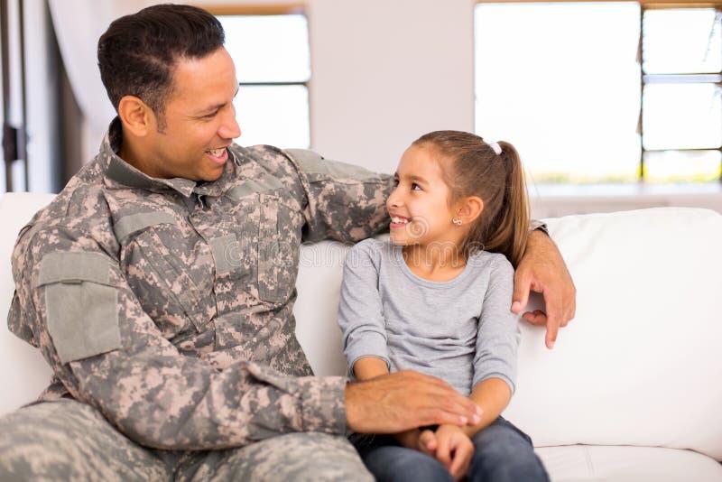 Militarny ojciec córki dom fotografia royalty free