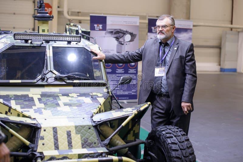 Militarny opancerzony powozik Ukraińska produkcja z przedsiębiorcą budowlanym przy wystawą fotografia stock