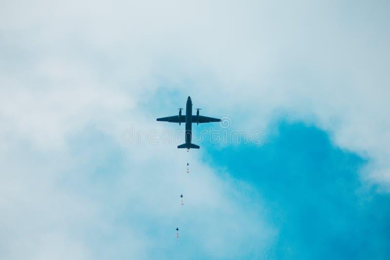Militarny parachutist na tle Leśniczowie parachuted od samolotów zdjęcia royalty free