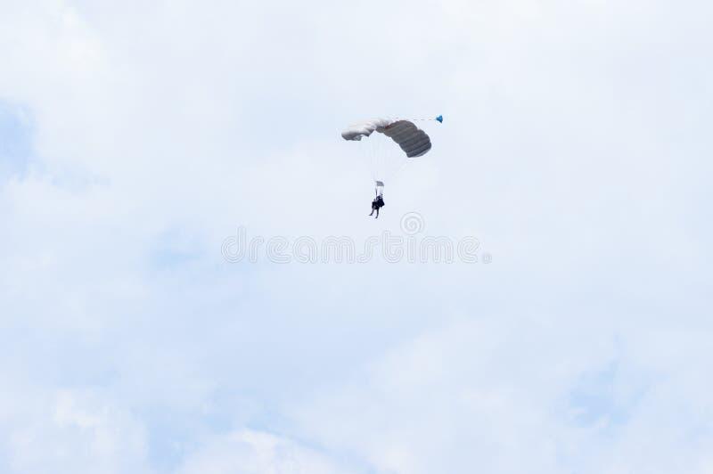 Militarny parachutist w niebie obrazy royalty free