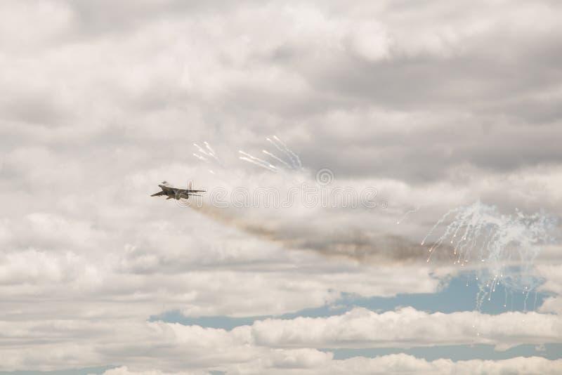 Militarny samolot szturmowy wykonuje manewr zdjęcie stock