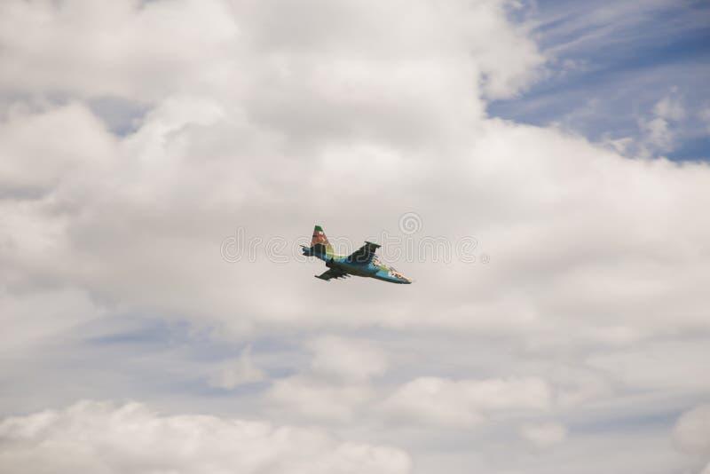 Militarny samolot szturmowy wykonuje manewr obraz royalty free