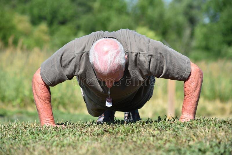 Militarny Starszy Męski weteran Ćwiczy Ćwiczyć zdjęcie stock