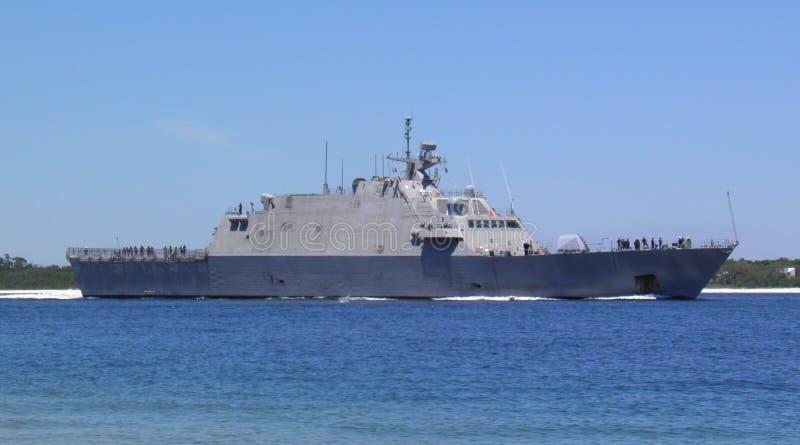 Militarny statek iść przez zatokę zdjęcia stock