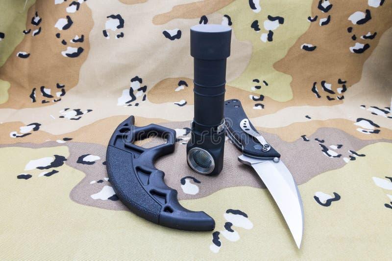 Militarny ustawiający nóż, latarka i mosiężni knykcie, obrazy royalty free