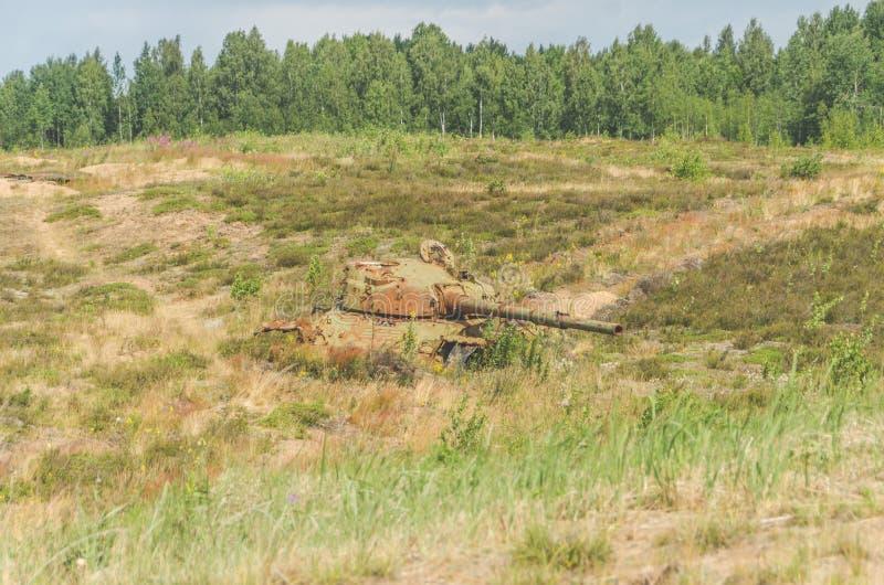 Militarny zbiornik, artyleria, tropiąca, w polu zdjęcie royalty free