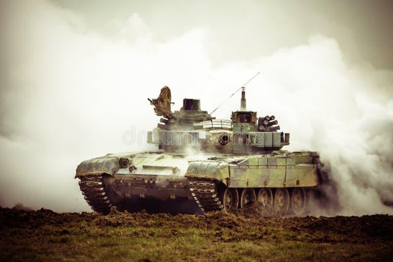 Militarny zbiornik na wojnie fotografia royalty free