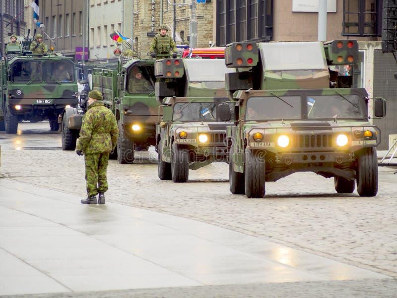 Militars die door de straten marcheert stock fotografie
