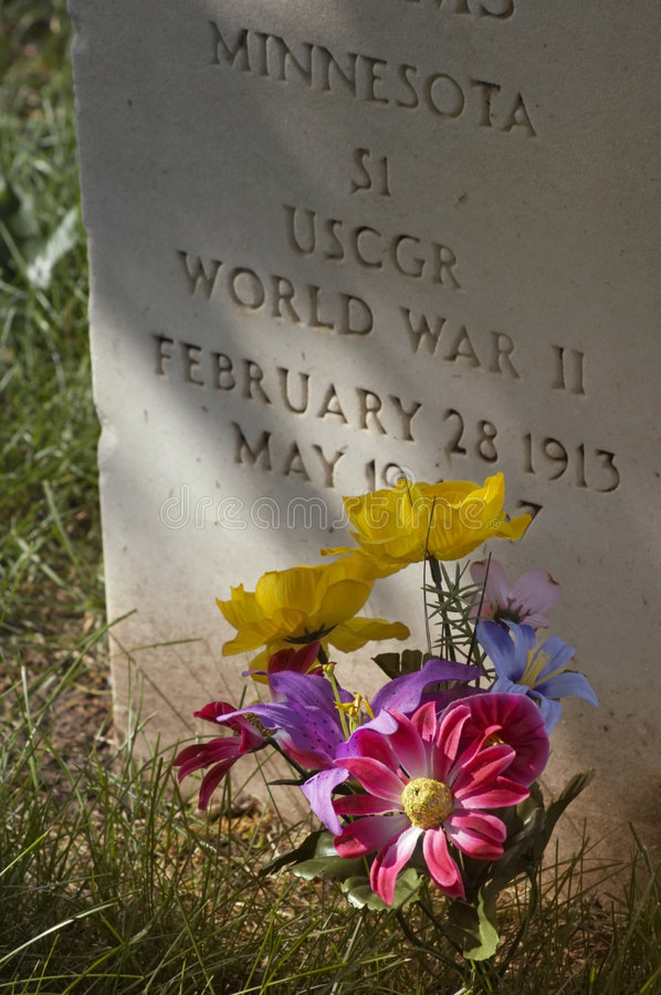 Military Gravestone And Flowers - Vertical Royalty Free Stock Images