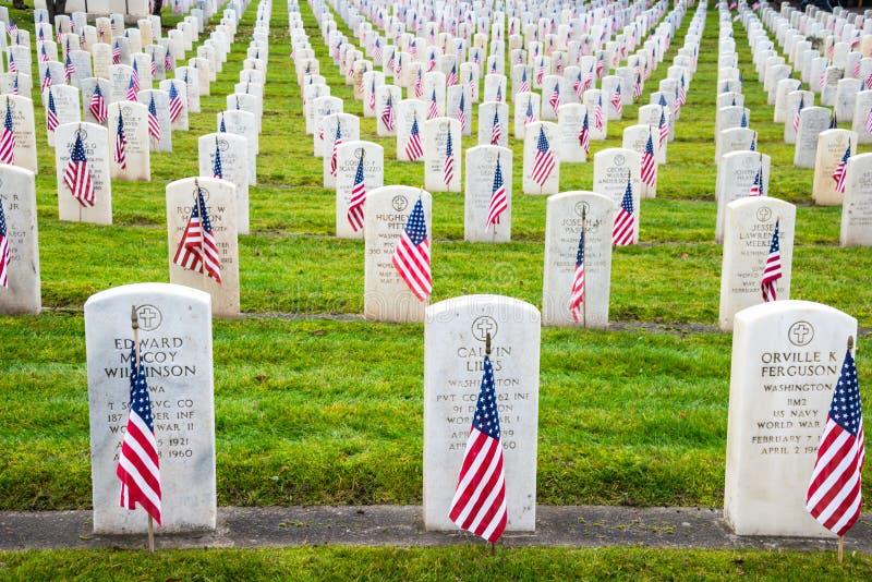 Militaty allvarliga markörer på veterankyrkogården royaltyfria bilder