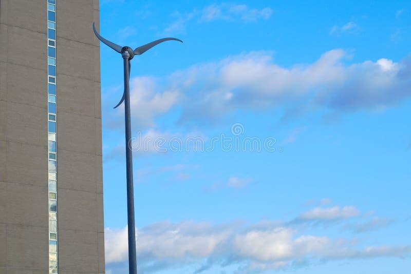 Milj? f?r eolian skyskrapa f?r elektricitet f?r turbin f?r energimaktvind stads- arkivfoto