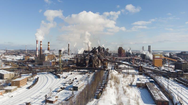Miljö- katastrof Fattig miljö i staden Rök och smog Förorening av atmosfären vid växter Avgasrörgaser arkivfoto