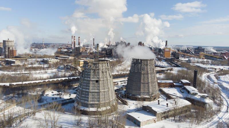 Miljö- katastrof Fattig miljö i staden Rök och smog Förorening av atmosfären vid växter Avgasrörgaser fotografering för bildbyråer
