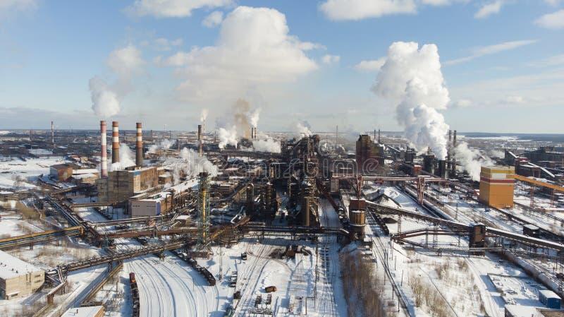 Miljö- katastrof Fattig miljö i staden Rök och smog Förorening av atmosfären vid växter Avgasrörgaser royaltyfri fotografi