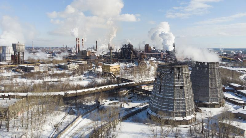 Miljö- katastrof Fattig miljö i staden Rök och smog Förorening av atmosfären vid växter Avgasrörgaser royaltyfri foto