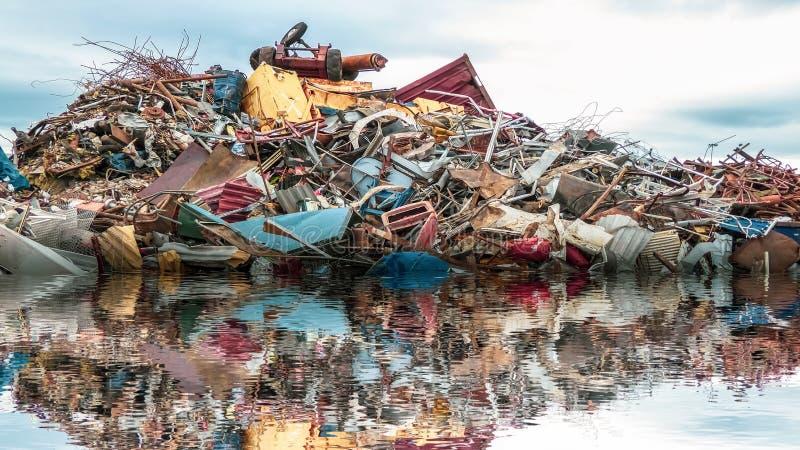 Miljöbelastning av havet En hög av skräp, metallgabagen och plast- i havet arkivbilder