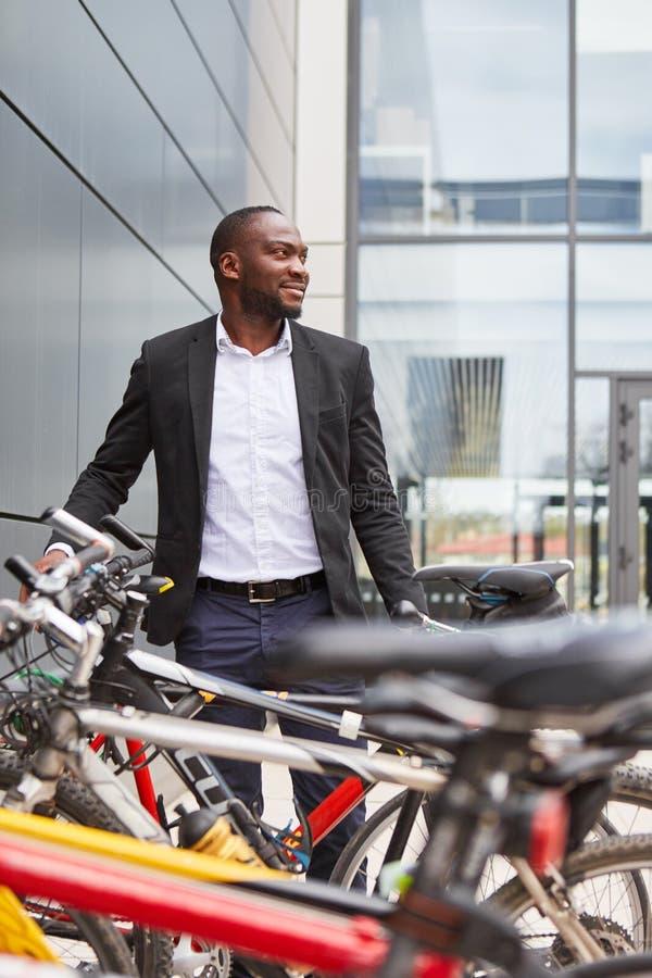 Miljömässigt medveten affärsman med cykeln arkivbild