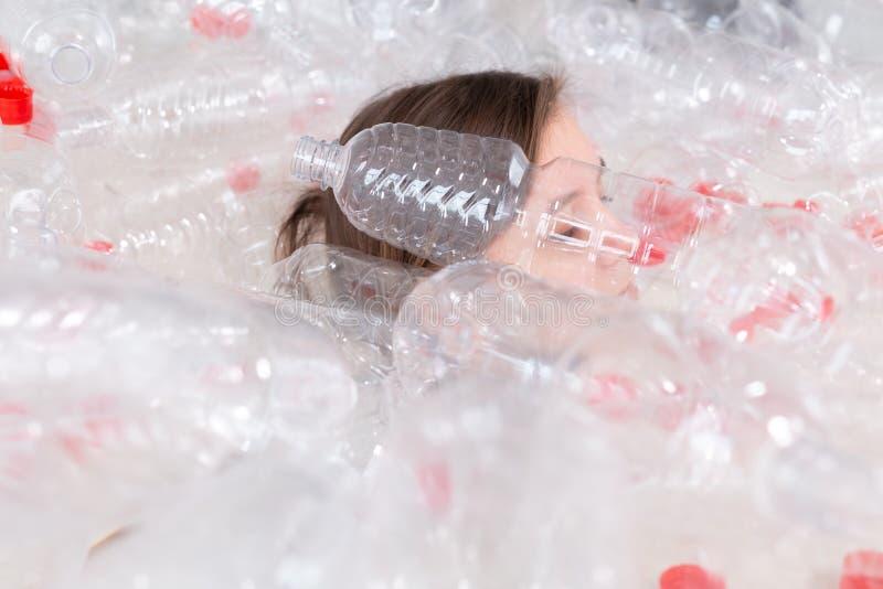 Milj?skydd, folk och ?teranv?ndbart plast- begrepp - utmattad kvinna som ang?s med milj?katastrof royaltyfri fotografi