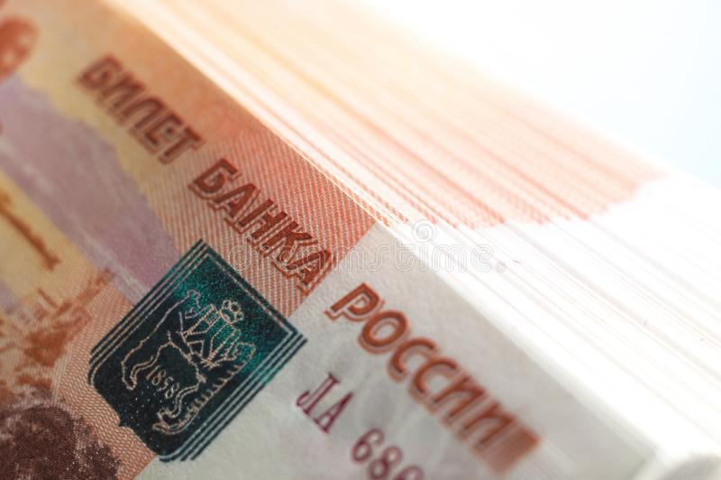 Miljon ryska rubel Begreppet av rikedom, vinster, affären och finans Buntpengar i de fem tusendelräkningsedlarna royaltyfri bild