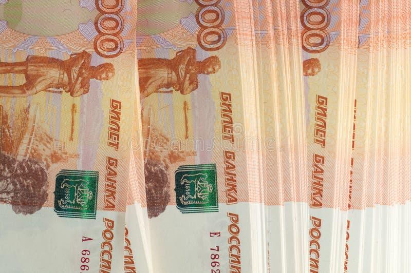 Miljon ryska rubel Begreppet av rikedom, vinster, affären och finans Buntpengar i de fem tusendelräkningsedlarna arkivfoton