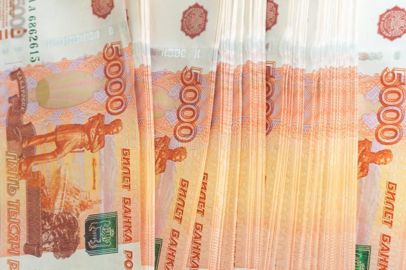 Miljon ryska rubel Begreppet av rikedom, vinster, affären och finans Buntpengar i de fem tusendelräkningsedlarna royaltyfria bilder