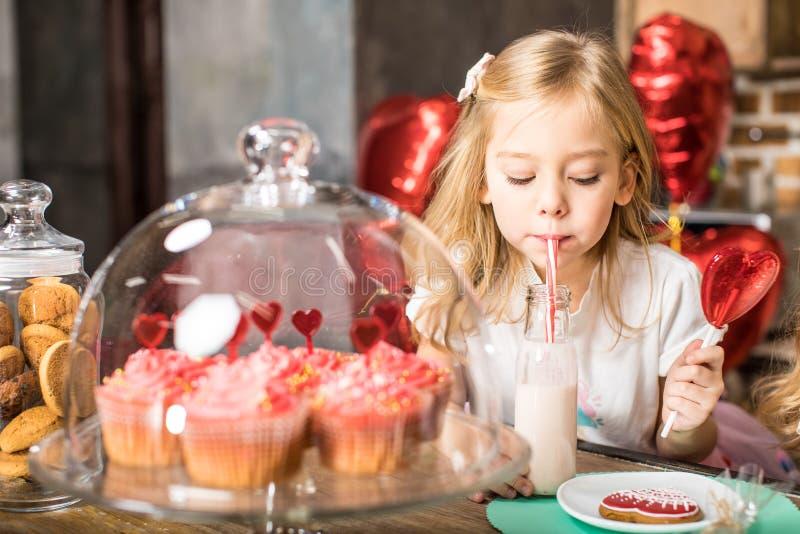 Milk shake bebendo da menina foto de stock royalty free