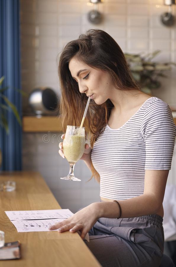 Milk shake bebendo da menina caucasiano nova imagem de stock