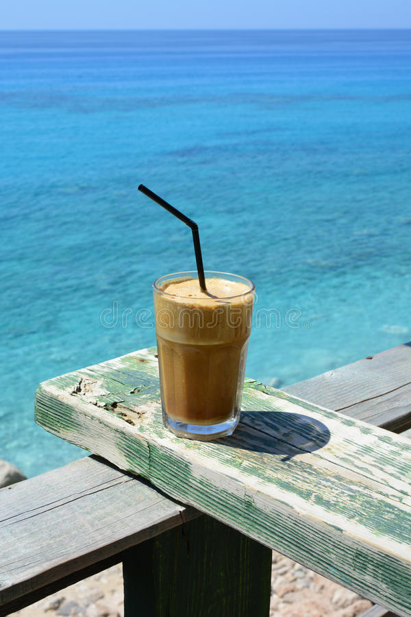 Milk-shake, café de glace sur le repos en bois grunge images libres de droits