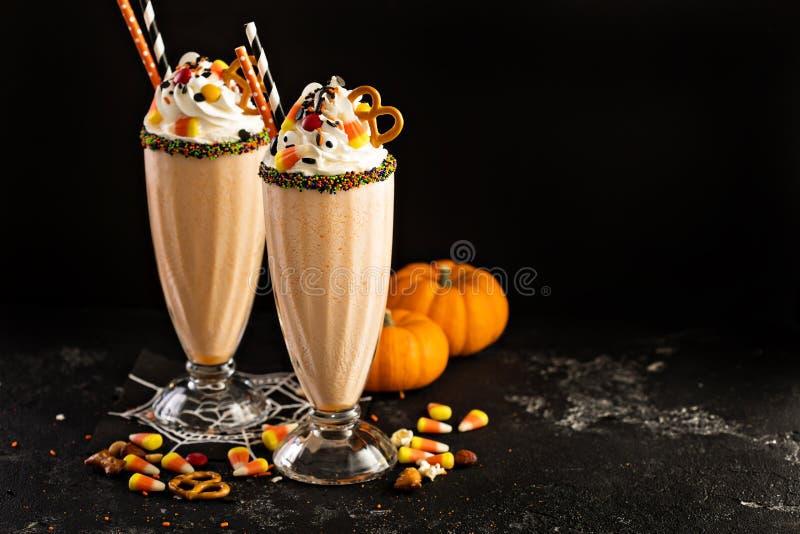 Milk shake da abóbora de Dia das Bruxas decorado com doces imagens de stock royalty free