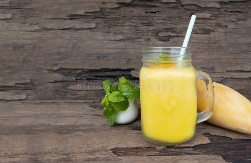 Milkshak för fruktsaft för frukt för mangosmoothiesfruktsaft orange royaltyfria foton